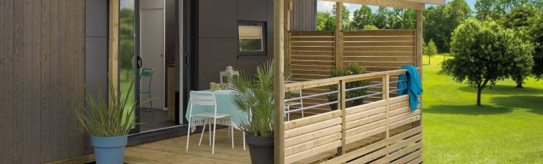 terrasse mobil-home avec toiture ombrage et large escalier d'accès