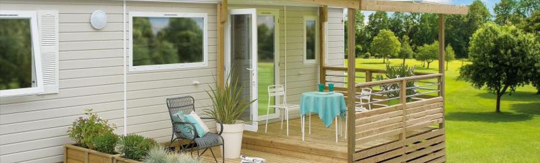 terrasse mobil-home couverte qualitative agencée sur deux niveaux